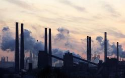 Завод Азовсталь в Мариуполе 19 ноября 2008 года. Два мариупольских завода крупнейшей на Украине стальной группы Метинвест сокращают выпуск из-за боевых действий на востоке страны, сообщила в понедельник компания предпринимателя Рината Ахметова. REUTERS/Gleb Garanich