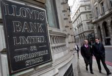 Imagen de archivo de una sucursal del banco Lloyds en Londres, feb 3 2014. El grupo financiero británico Lloyds Banking Group acordó pagar multas por 370 millones de dólares a las autoridades de Estados Unidos y Gran Bretaña que investigan su papel en un escándalo global de manipulación de tasas de interés.  REUTERS/Neil Hall/Files