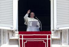 Pope Francis waves as he delivers his Sunday Angelus prayer from the window of the Apostolic Palace in Saint Peter's Square at the Vatican July 27, 2014.  REUTERS/Alessandro Bianchi