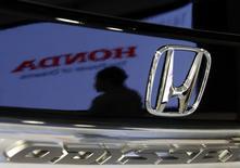 Le bénéfice opérationnel du deuxième trimestre s'avère meilleur que prévu pour Honda Motor (en hausse de 7,1% à 198,04 milliards de yens, soit 1,45 milliard d'euros), grâce à des réductions de coûts et d'importantes ventes de la dernière version de son modèle Fit au Japon. /Photo prise le 29 juillet 2014/REUTERS/Toru Hanai