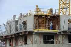 Les mises en chantier de logements ont poursuivi leur baisse en juin en France pour tomber à 305.700 unités sur un an, un plus bas depuis novembre 1998, selon les données du ministère de l'Ecologie, du Développement durable et de l'Energie. /Photo d'archives/REUTERS/Philippe Wojazer