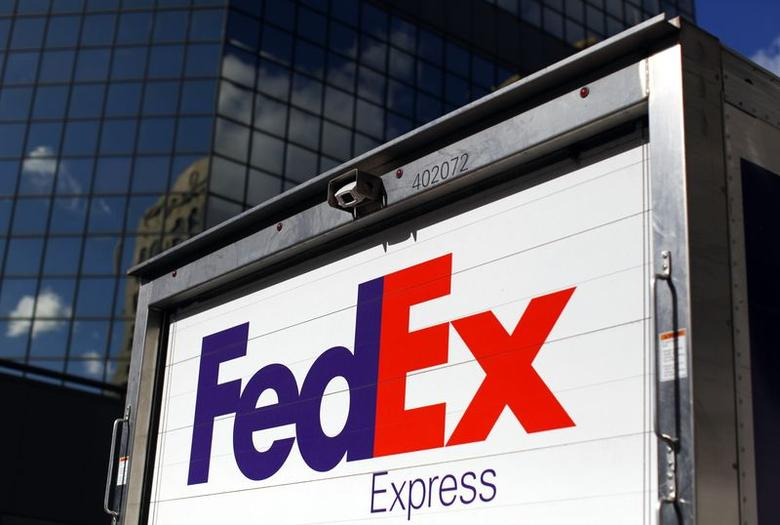 A FedEx delivery truck is seen in San Diego, California December 5, 2013.        REUTERS/Mike Blake