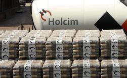 Le cimentier suisse Holcim, qui prépare une fusion avec le français Lafarge, a annoncé un bénéfice net du deuxième trimestre en hausse de près de 6%, son plan de réduction des coûts et sa restructuration ayant contribué à compenser la baisse de son chiffre d'affaires sur la période. Le groupe a publié un bénéfice net de 406 millions de francs suisses (333,8 millions d'euros) pour le deuxième trimestre, contre 383 millions un an auparavant. /Photo prise le 7 avril 2014/REUTERS/Arnd Wiegmann