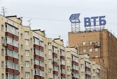 Логотип банка ВТБ на крыше московской многоэтажки 17 июля 2014 года. Акции ВТБ оказались в аутсайдерах в начале торгов на российском рынке, отреагировав на введенные накануне санкции США и Евросоюза. REUTERS/Sergei Karpukhin