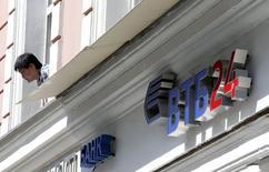 Логотип банка ВТБ24 в Москве 17 июля 2014 года. Второй по величине госбанк РФ ВТБ, которому санкции США и Евросоюза закрыли доступ на рынки капитала, сообщил, что это не повлияет на деятельность и кредитоспособность банка, а в случае необходимости он сможет привлечь деньги, минуя западные рынки. REUTERS/Sergei Karpukhin