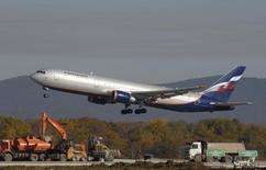 Boeing 767-300 компании Аэрофлот совершает посадку в аэропорту Владивостока 6 октября 2010 года. Крупнейший авиаперевозчик России Аэрофлот утвердил положение о дивидендной политике, пообещав платить акционерам, основным из которых является РФ, 25 процентов чистой прибыли в качестве дивидендов. REUTERS/Yuri Maltsev
