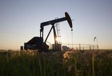 Нефтяной станок-качалка близ Калгари, Альберта, 21 июля 2014 года. Цены на нефть Brent малоподвижны в районе $107,60 за баррель, пока инвесторы ждут экономическую статистику США и итоги совещания ФРС. REUTERS/Todd Korol