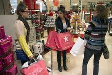 En la imagen, clientas observan artículos en venta en una tienda de Macy's en Nueva York. 23 de noviembre, 2012. El crecimiento económico de Estados Unidos se aceleró más a lo esperado en el segundo trimestre y el declive en la producción en el período previo fue menos acentuado que lo informado previamente, lo que podría fortalecer las previsiones de un desempeño más enérgico en los últimos seis meses del año. REUTERS/Keith Bedford