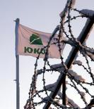 Флаг ЮКОСа на НПЗ Юганскнефтегаза под Нефтеюганском 17 декабря 2004 года. Европейский суд по правам человека обязал Россию выплатить 1,9 миллиарда евро акционерам обанкроченного Юкоса - некогда крупнейшей нефтекомпании РФ, свидетельствует вердикт суда, принятый в четверг. REUTERS/Sergei Karpukhin