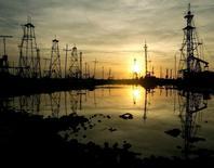 Вид на нефтяное месторождение в Баку 16 октября 2005 года. Нефть Brent держится около $106 за баррель в пятницу, так как избыток предложения продолжают тянуть цены вниз, после того как нефть показала худшие месячные результаты с апреля 2013 года. David Mdzinarishvili / Reuters