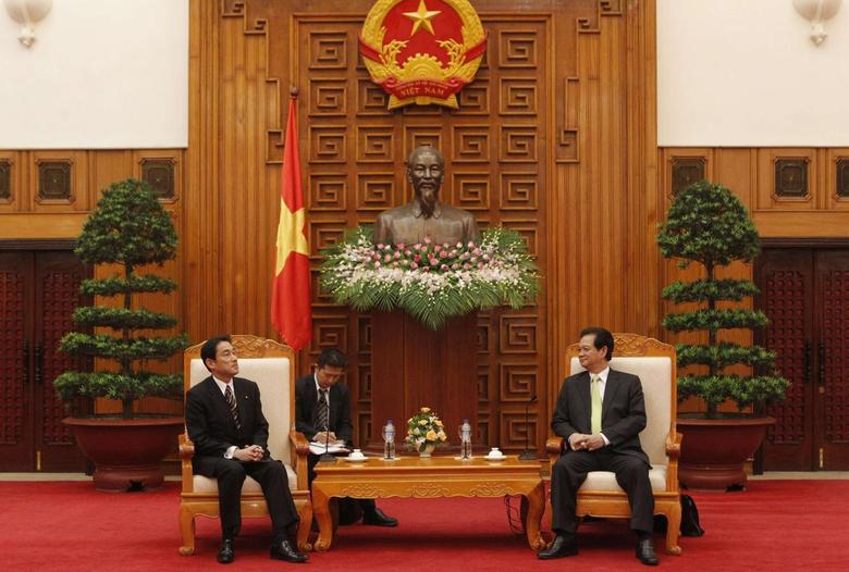 Japan's Foreign Minister Fumio Kishida (L) and Vietnam's Prime Minister Nguyen Tan Dung speak under a statue of late Vietnamese revolutionary leader Ho Chi Minh at the Government Office in Hanoi August 1, 2014.  REUTERS/Kham