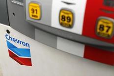 Логотип Chevron на заправке в Кардиффе, Калифорния 9 октября 2013 года. Прибыль второй по величине нефтяной компании США Chevron Corp оказалась лучше прогнозов во втором квартале благодаря высоким ценам на нефть и газ, компенсировавшим растущие расходы и снижение добычи в Казахстане. REUTERS/Mike Blake