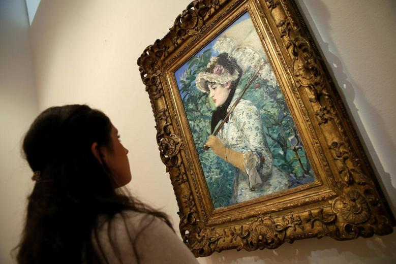 A Christie's employee looks at Edouard Manet's 1881 celebrated portrait ''Le Printemps,'' at Christie's in New York August 1, 2014.   REUTERS/Mike Segar