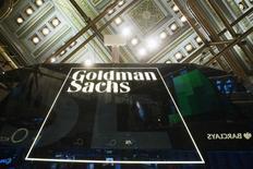 Una imagen corporativa de Goldman Sachs en la Bolsa de Nueva York poco después de la apertura de los negocios en Manhattan, el 24 de enero de 2014. Compañías de Wall Street encabezadas por Goldman Sachs están cerca de comprar una participación en la empresa de mensajería instantánea Perzo como alternativa a una aplicación similar del proveedor de información financiera Bloomberg LP, dijeron fuentes cercanas a los planes de Goldman. REUTERS/Lucas Jackson (UNITED STATES - Tags: BUSINESS) - RTX17T1D