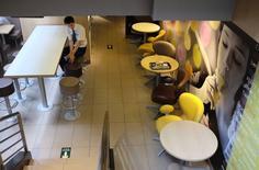 """Un Mcdonald's en Pekín, ago 1 2014. Las ventas de McDonald's Corp's en mercados que incluyen China y Japón están experimentando un """"impacto negativo significativo"""", ya que un escándalo de seguridad alimenticia en China desatado hace dos semanas obligó a la compañía a detener las ventas de Big Macs y Spicy McWings. REUTERS/Jason Lee"""