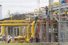 Un grupo de trabajadores en la planta de gas natual Las Malvinas del proyecto Camisea en Cusco, Perú, abr 3 2012. El consorcio liderado por la argentina Pluspetrol que explota el rico yacimiento gasífero Camisea en Perú dijo el lunes que en los próximos dos años invertirá 500 millones de dólares en labores de exploración y desarrollo en ese campo. REUTERS/Enrique Castro-Mendivil