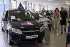 Салон Автоваза в Санкт-Петербурге 9 июля 2014 года. Продажи легковых автомобилей в РФ рухнут в 2014 году на 8-12 процентов до 2,3-2,4 миллиона штук, прогнозирует компания PricewaterhouseCoopers (PWC). REUTERS/Alexander Demianchuk