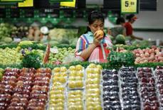 Супермаркет в Хуайбэе, провинция Аньхой, 9 июля 2014 года. Рост сектора услуг Китая резко замедлился в июле, указывая на то, что восстановление экономики все еще неустойчиво и ему может потребоваться государственная поддержка, показало частное исследование во вторник. REUTERS/Stringer