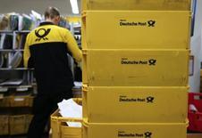 Отделение Deutsche Post в Берлине 4 декабря 2013 года. Прибыль Deutsche Post до уплаты процентов и налогов во втором квартале выросла на 5,7 процента до 654 миллионов евро ($877,7 миллиона) в основном благодаря логистическому подразделению. REUTERS/Fabrizio Bensch