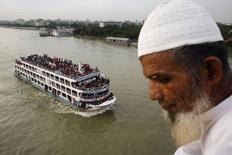 Barco superlotado navega pelo rio Buriganga em Daca, Bangladesh. 27/07/2014 REUTERS/Andrew Biraj