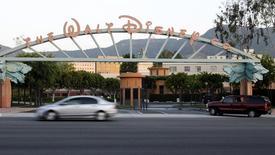"""Ворота на студию Walt Disney Co в Бербанке, Калифорния 7 мая 2012 года. Квартальная прибыль американской Walt Disney Co превысила прогнозы аналитиков благодаря хорошим сборам новой части ленты про Капитана Америку, росту числа посетителей тематических парков в США и высоким продажам товаров с героями сверхпопулярного анимационного мюзикла """"Холодное сердце"""". REUTERS/Fred Prouser"""