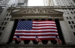 Wall Street est en baisse dans les premiers échanges mercredi, sous le coup, comme la veille, d'une nouvelle escalade des tensions en Ukraine mais aussi de l'annonce de l'abandon de deux gigantesques projets de fusion. Quelques minutes après le début des échanges, le Dow Jones perd 0,31%, le S&P-500 recule de 0,35% et le Nasdaq cède 0,59%. /Photo d'archives/REUTERS/Eric Thayer