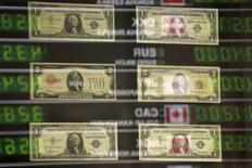 La progression du dollar devrait se poursuivre au cours des 12 mois à venir, selon une enquête Reuters, le billet vert devant profiter de la poursuite du rebond économique américain et de la perspective d'une hausse des taux d'intérêt de la Réserve fédérale qui en découlerait. /Photo d'archives/REUTERS/Kacper Pempel