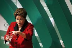 La presidenta de Brasil, Dilma Rousseff, en una reunión con empresarios en Brasilia, ago 6 2014. La presidenta de Brasil, Dilma Rousseff, dijo el miércoles que su Gobierno podrá cumplir con la meta de superávit primario para este año, pese a una serie de indicadores negativos debido a una desacelerada economía. REUTERS/Ueslei Marcelino