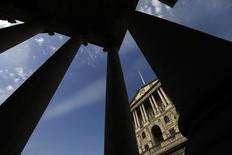 La Banque d'Angleterre laisse sa politique monétaire inchangée mais ce statu quo pourrait être trompeur, les marchés s'attendant à voir émerger des dissensions au sein de l'institution sur l'opportunité de relever prochainement les taux d'intérêt. /Photo d'archives/REUTERS/Stefan Wermuth