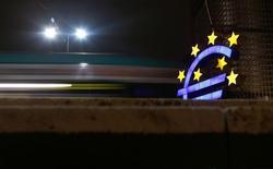 Символ валюты евро на фоне здания ЕЦБ во Франкфурте-на-Майне 8 января 2013 года. Президент Европейского центробанка Марио Драги сказал, что неравномерное восстановление экономики в зоне евро и прогноз инфляции для валютного блока означают, что процентные ставки останутся низкими в течение продолжительного времени. REUTERS/Kai Pfaffenbach