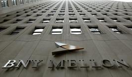La sede del banco el Bank of New York (BNY) Mellon en el distrito financiero de Nueva York, ene 19 2011. El juez estadounidense que impidió a Argentina pagar su deuda reestructurada hasta que no cumpla con acreedores que rechazaron dos canjes, ordenó el miércoles que el Bank of New York (BNY) Mellon siga reteniendo la suma millonaria que el país depositó para pagar un vencimiento a fines de junio. REUTERS/Brendan McDermid