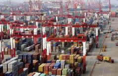 Les exportations chinoises ont bondi de 14,5% en juillet, alors qu'une hausse de 7,5% était attendue, portant l'excédent commercial à un plus haut historique, mais la baisse de 1,6% des exportations témoigne d'une fragilité de la demande intérieure. /Photo prise le 8 juin 2014/REUTERS