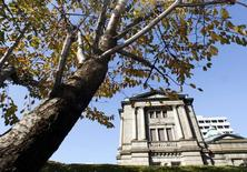 La Banque du Japon a laissé sa politique monétaire inchangée vendredi, tout en disant percevoir une certaine fragilité sur le front des exportations et de la production qui pourraient pénaliser la reprise en cours. /Photo d'archives/REUTERS/Yuriko Nakao
