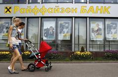 Отделение банка Raiffeisen в Москве 19 мая 2013 года. Небольшая группа европейских банков пытается рефинансировать существующие кредиты крупным российским компаниям на фоне заморозивших международное кредитование России санкций, в попытке защитить свой бизнес. REUTERS/Sergei Karpukhin