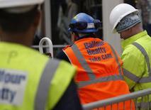 Les deux groupes britanniques de BTP Balfour Beatty et Carillion ont repris leurs discussions sur une possible fusion à trois milliards de livres (3,85 milliards d'euros), rapporte le Sunday Times en citant des sources financières. /Photo d'archives/REUTERS/Darren Staples