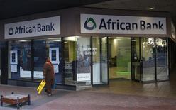 La banque centrale sud-africaine a annoncé dimanche avoir placé African Bank Investments sous tutelle dans le cadre d'un plan de sauvetage qui prévoit entre autres une injection de capitaux de 10 milliards de rands (700 millions d'euros) dans l'établissement en difficulté. /Photo prise le 8 août 2014/REUTERS/Mike Hutchings