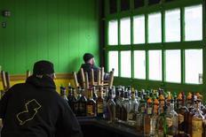 En la imagen, empleados de un bar se preparan para la apertura del local en plena temporada turística del verano boreal en Nueva Jersey. 21 de marzo, 2013. La confianza de las pequeñas empresas de Estados Unidos subió en julio, alentada por el panorama económico al comienzo del tercer trimestre. REUTERS/Lucas Jackson