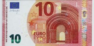 Купюра номиналом 10 евро в штаб-квартире ЕЦБ во Франкфурте-на-Майне 13 января 2014 года. Евро упал до 9-месячного минимума к доллару во вторник в результате резкого снижения индекса настроений инвесторов Германии, ставшего еще одним признаком замедления восстановления в еврозоне.  REUTERS/Ralph Orlowski