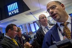 Una serie de operadores en la bolsa de Wall Street en Nueva York, ago 12 2014. Las acciones operaban el martes estables en la bolsa de Nueva York debido a que continúa la incertidumbre en torno a la tensa situación en Ucrania, a pesar de que muchos inversionistas apostaban a que el conflicto no iba a escalar dramáticamente. REUTERS/Brendan McDermid