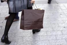 LVMH, à suivre mercredi à la Bourse de Paris. Selon la presse sud-coréenne, L Capital Asia, la branche fonds d'investissement du groupe, est en discussions pour investir dans YG Entertainment, l'agence sud-coréenne du rappeur Psy. /Photo d'archives/REUTERS/Philippe Wojazer