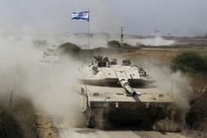 Le conflit qui dure depuis plus d'un mois dans la bande de Gaza fait peser des risques sur l'économie d'Israël même si des secteurs essentiels paraissent protégés. /Photo prise le 5 août 2014/REUTERS/Amir Cohen