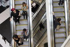 En la imagen, compradores usan las escaleras en el centro comercial Beverly Center de Los Angeles, California. 8 de noviembre, 2013. Las ventas minoristas de Estados Unidos se estancaron imprevistamente en julio, apuntando a cierta pérdida de impulso en la economía al inicio del tercer trimestre. REUTERS/David McNew
