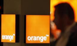 Orange songe à céder environ 9.400 relais de téléphonie mobile en Espagne afin de réduire ses coûts et améliorer sa rentabilité dans un secteur en pleine consolidation, selon une source proche de la situation. /Photo d'archives/REUTERS/Eric Gaillard