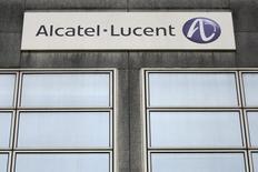 Alcatel-Lucent abandonne 0,78% vers 12h40, quand le CAC avance de 0,5% à 4.215,78 points. L'équipementier télécoms pâtit des prévisions peu optimistes pour le trimestre en cours de Cisco Systems, qui a également programmé 6.000 nouvelles suppressions de postes. /Photo d'archives/REUTERS/Stéphane Mahé