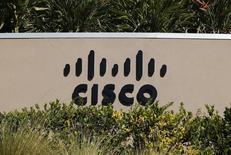 Cisco, qui a annoncé des prévisions peu optimistes pour le trimestre en cours, tout en disant programmer 6.000 nouvelles suppressions de postes, à suivre jeudi sur les marchés américains. /Photo d'archives/REUTERS/Mike Blake
