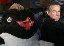 """En la imagen el actor Robin Williams llega al estreno europeo de """"Happy Feet """" en el cine Empire en Londres el 26 de noviembre de 2006.  Con roles como excéntrico profesor, genio azul animado, niñera adorable o terapeuta familiar, el actor Robin Williams hizo reír al público con sus amplias habilidades como comediante. REUTERS/Luke Macgregor/Files"""