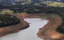 A Agência Nacional de Águas (ANA) determinou a redução da vazão do rio Paraíba do Sul na barragem Santa Cecília até 30 de setembro, de 190 metros cúbicos por segundo para 165 metros cúbicos por segundo. 28/05/2014 REUTERS/Roosevelt Cassio