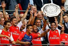 Jogadores do Arsenal levantam a taça da Supercopa da Inglaterra em Wembley. 10/08/2014 REUTERS/Darren Staples