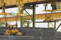 Imagen de archivo de unos bloques de acero manufacturados en la planta ThyssenKrupp Steel USA en Calvert, EEUU, nov 22 2013. La actividad manufacturera de Estados Unidos registró un aumento de base amplia en julio y la producción de autos tuvo su mayor incremento en cinco años, impulsando a la economía en el inicio del tercer trimestre.  REUTERS/Lyle Ratliff