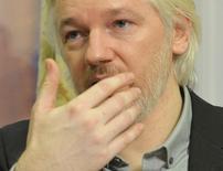 Основатель сайта WikiLeaks Джулиан Ассанж на пресс-конференции в посольстве Эквадора в Лондоне 18 августа 2014 года. Джулиан Ассанж заявил в понедельник, что намерен в скором времени покинуть территорию посольства Эквадора в Лондоне, где он провел более двух лет, чтобы избежать экстрадиции в Швецию, однако позднее его представитель пояснил, что это возможно только при отказе британских властей от его преследования. REUTERS/John Stillwell/pool